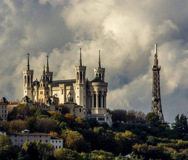 De beaux contrastes dans le ciel lyonnais, au-dessus de la colline de Fourvière.