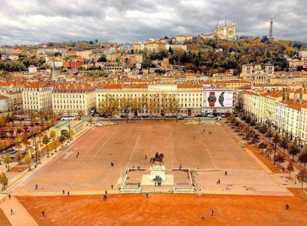 Une vue imprenable de la place Bellecour et de Lyon, observée du haut de la grande roue.