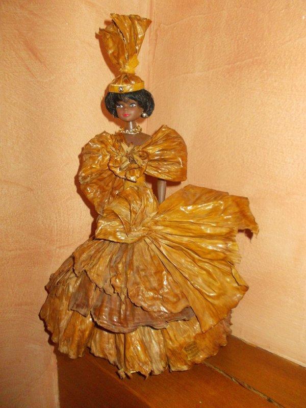 Une très belle poupée antillaise, avec une robe en feuille séchée!!  j'adoooore!!!! ce style.