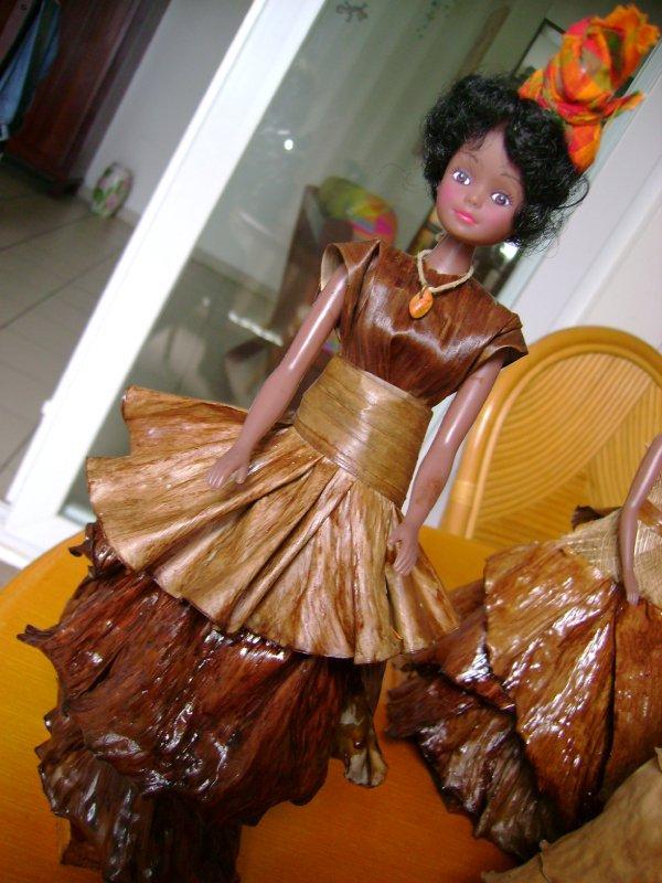 Poupée traditionnelle en feuille de banane, avec vue de plus près sur ce que l'on appelle une coiffe