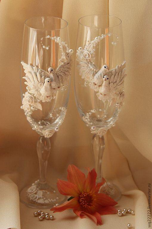 Verres de champagne de mariage avec des perles papillons et collombes