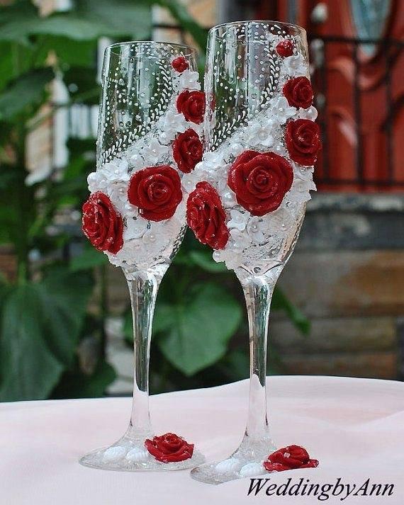 Coupes à Champagne de mariage avec belles roses à la main -
