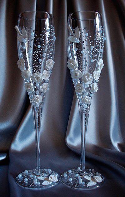 Verres de mariage champagne blanc avec des belles fleur blanche