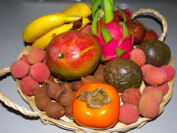 Voici une savoureuse corbeille de fruits composée uniquement de fruits de saison. Nous vous proposons actuellement dans ce joli panier en paille tressée,