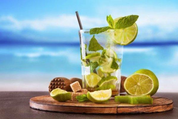 la mer  Exotique Cocktail   au coucher du soleil vive les vacances