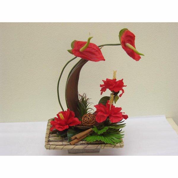 Composition exotique en hauteur avec oiseaux du paradis, anthurium  hibiscus....