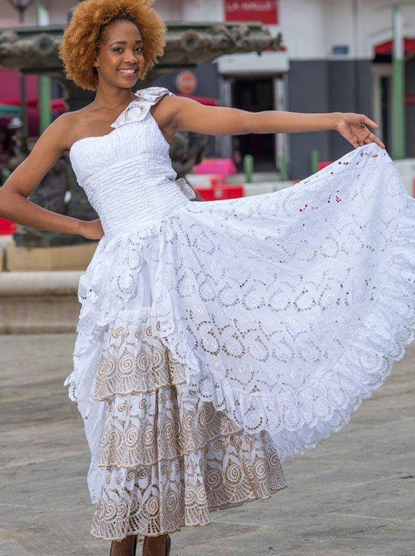 Robe Cérémonie  Fille décor dentelle  blanche ecrue .