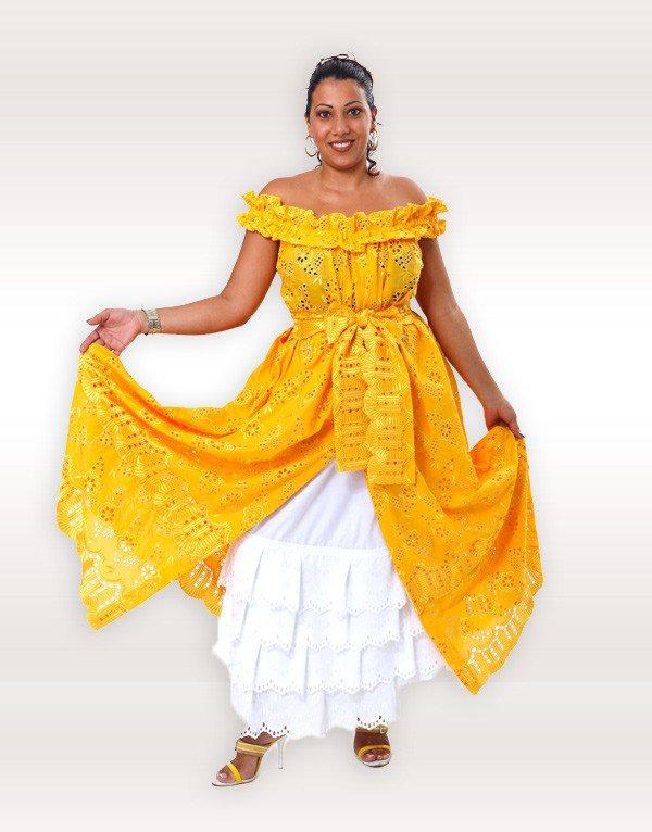 Très belle robe créole traditionnelle cousue entièrement en broderie. Robe ample, fendue devant, mettant en valeur le jupon,