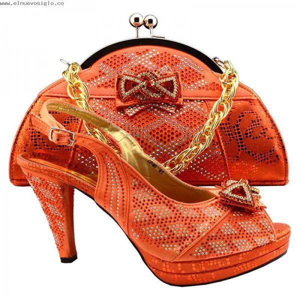 ensemble chaussures assorties et sac à main chics pour des soirée