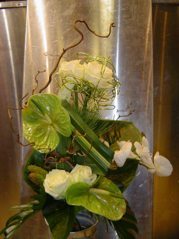 Composition florale avec fleurs tropicales