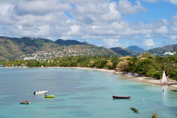 Avec ses 2 kilomètres de sable fin, une autoroute de cocotiers qui longe ses eaux cristallines, la plage des Salines est la plage numéro 1