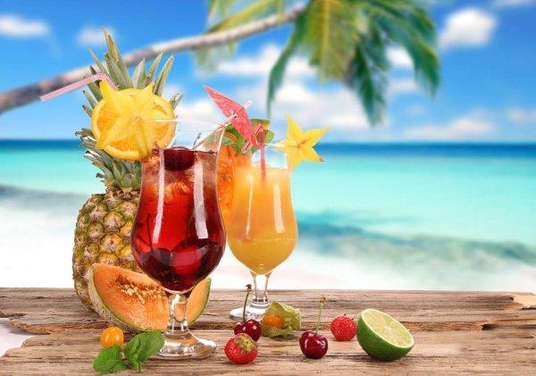 L'été : Les potes , les cocktail , la plage , la piscine