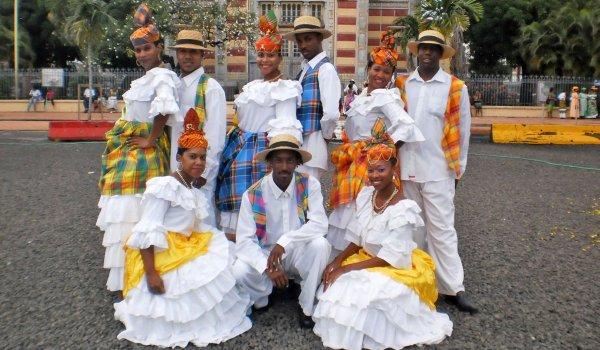 Un défilé en tenue traditionnelle au lycée afin de presenter la culture martiniquaise