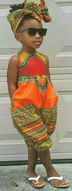 Les couleurs vivantes du madras mettent au devant cette simple robe