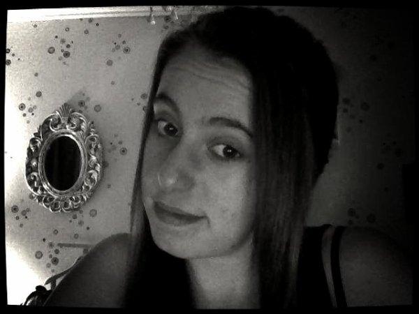 Tu m'avais tellement fait espérer que j'étais persuadée que toi aussi tu m'aimais jusqu'au jour ou tout à changé .. ✖