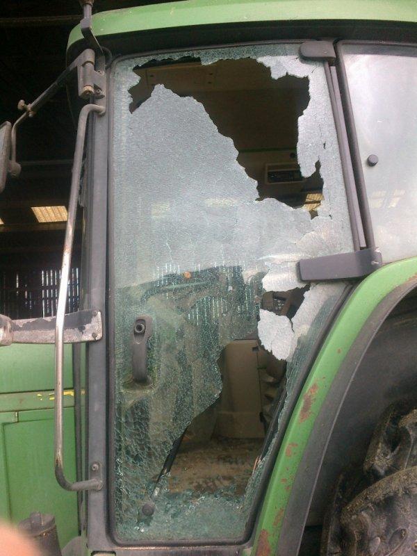 vitre de tracteur qui explose sans aucune raison une petite idée du pourquoi ?