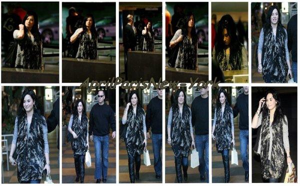 Candids du 30 Janvier : Demi qui fait du shopping avec son garde du corps. Un TOP pour la Lovato :)