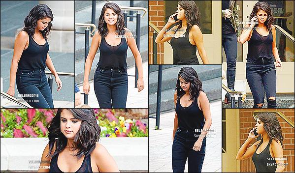 """11/05/15 : Selena G. arrivant sur le tournage de son tout nouveau film """"The Big Short"""", en Nouvelle Orléans.  Notre brune est une nouvelle fois en tournage, mais cette fois-ci en Louisiane, j'ai hâte de voir le résultat. Côté look, un top pour la texanne!"""