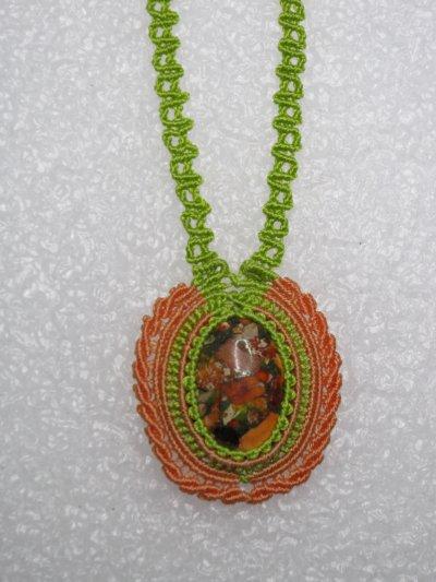 Macramé : médaillon orange et vert