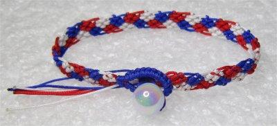 Macramé : bracelet bleu blanc rouge