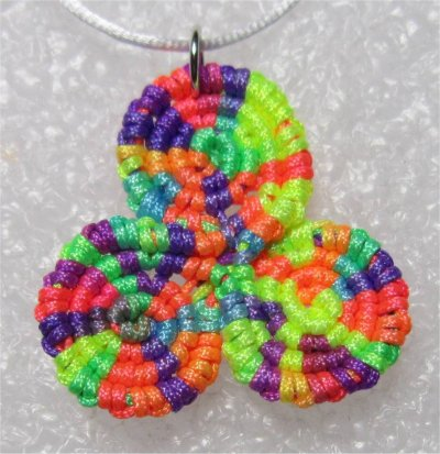 Macramé : triskel multicolore 5