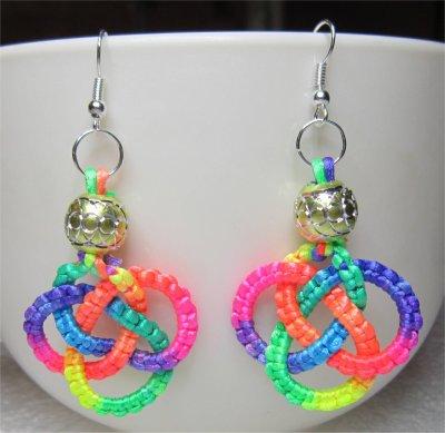 Macramé : boucles d'oreilles noeud celtique multicolores 3
