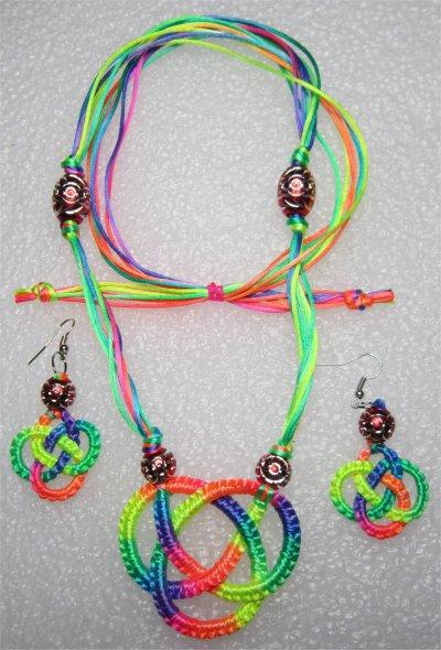 Macramé : Collier 9 et boucles d'oreilles 5 noeud celtique multicolores