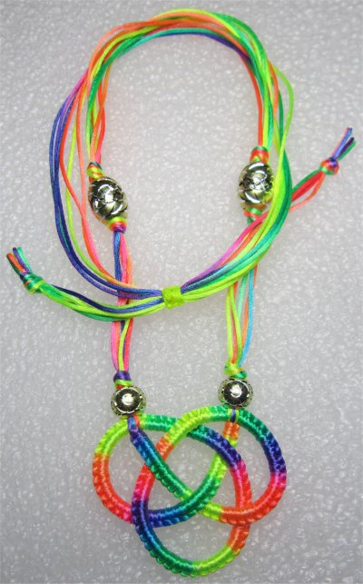 Macramé : collier noeud celtique multicolore 10