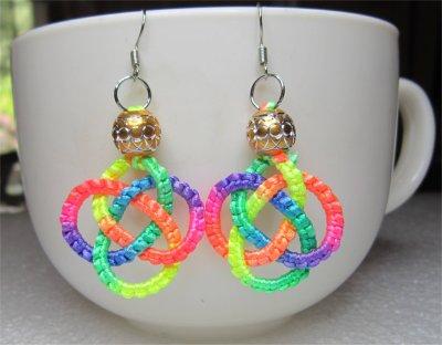 Macramé : boucles d'oreilles noeud celtique multicolores 7