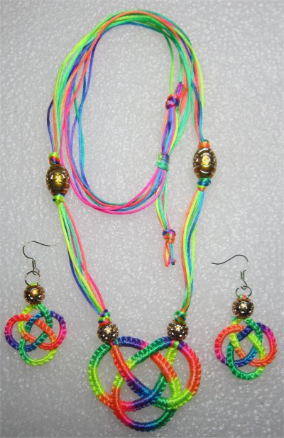 Macramé : collier noeud celtique multicolore 12
