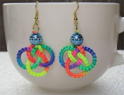 Macramé : boucles d'oreilles noeud celtique multicolores 8