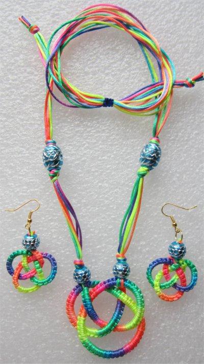 Macramé : collier noeud celtique multicolore 13