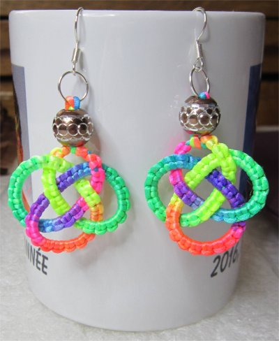 Macramé : boucles d'oreilles noeud celtique multicolores 9