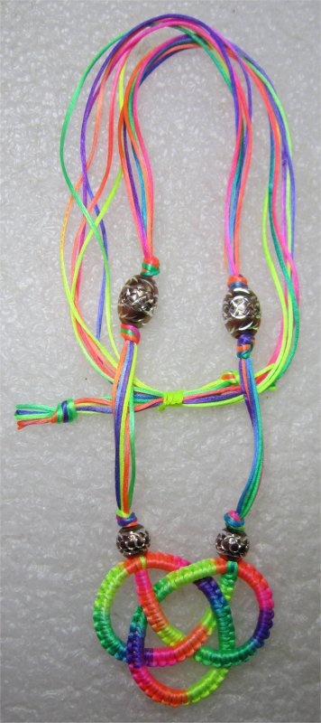 Macramé : collier noeud celtique multicolore 15