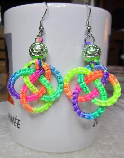 Macramé : boucles d'oreilles noeud celtique multicolore 10