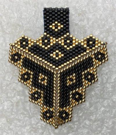 Perles : pendentif triangulaire noir et or