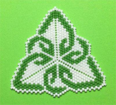 Perles : pendentif triangulaire vert et blanc celtique