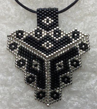 Perles : pendentif triangulaire noir et argent