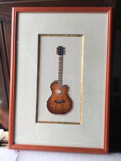 Perles : la guitare folk encadrée