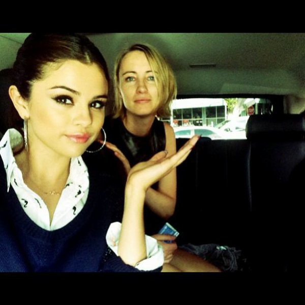 Selena Gomez avec une collège sel toujours aussi belle