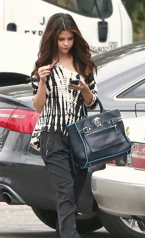Selena gomez aujourd'hui vous trouvez comment sa tenue ( perso : j'aime bien ça va )
