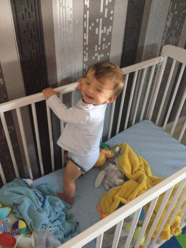 Et voilà on y est mon petit prince se tient debout tout seul comme un grand... Je l'ai pas vu grandir !!!