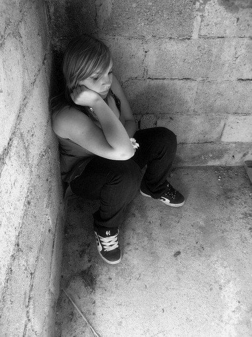 Elle regarde sa vie passait son ses yeux, sa souffrance la tue son mal-être apparait et son ame s'enfuit!