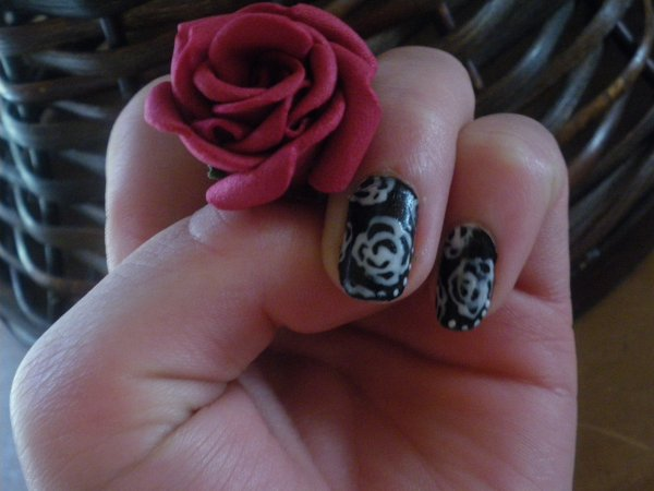 Nail art fleuri en rose