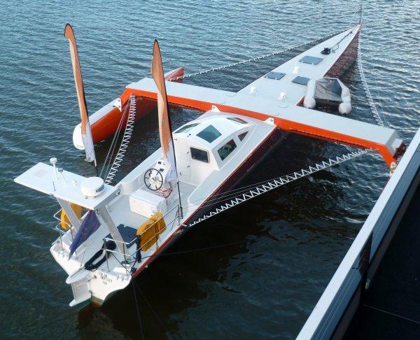 Le trimaran électro-solaire Solar Odyssey dans le port de Nantes