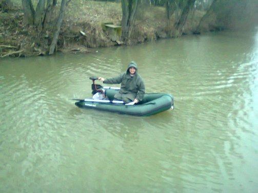 JuJu entrain de faire mumuse avec le bateau md
