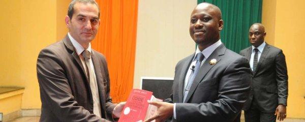 Coopération parlementaire Internationale : L'Assemblée nationale française fait un don d'ouvrages et d'ordinateurs au Parlement ivoirien.