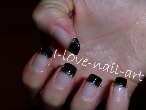 nail art noir avec des paillettes argentées