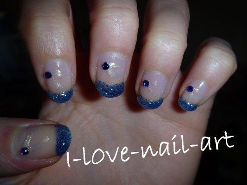 Nail art bleu pailleté avec trait blanc brillant et strass bleu