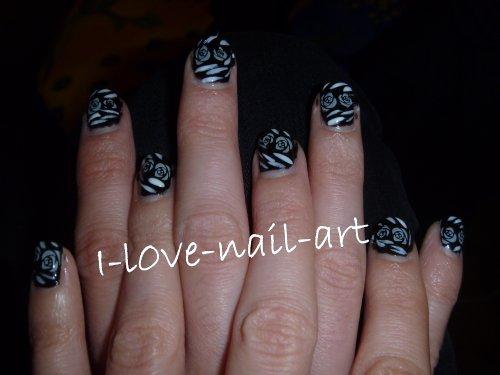 Nail art black and white avec des roses